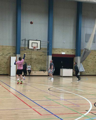 Cilvēki spēlē basketbolu